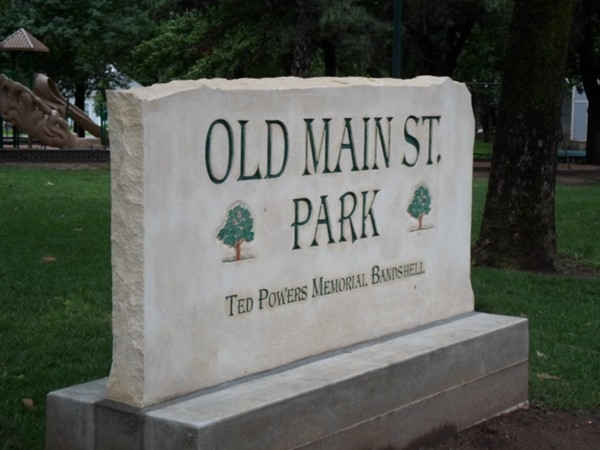 Great park with playground, picnic area and amphitheater